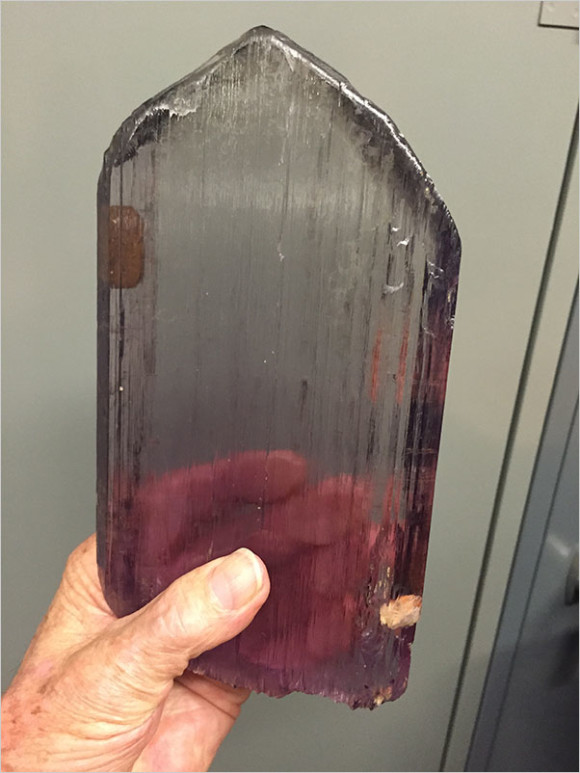 A large kunzite crystal in the Harvard collection from the same find (both photos © Bill Larson/palaminerals.com)