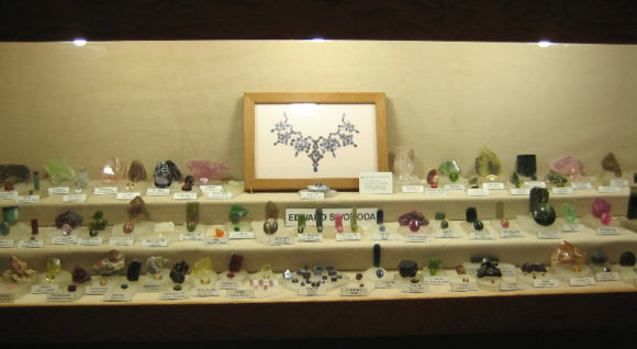 Display of cut and rough stones requires precise placement of the cut gemstones in relation to their corresponding natural crystal counterparts.